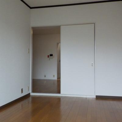 居室。収納無し。テレビ置いてご飯食べたりしてもいいですね。