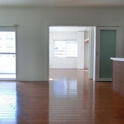 リビング奥に2部屋、手前に2部屋の構成