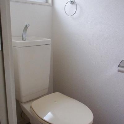 お手洗いにも窓があります