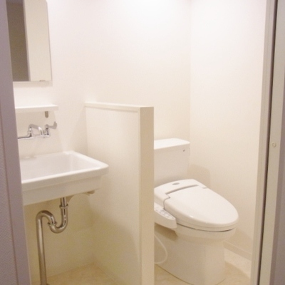 お手洗いと洗面台※写真は別部屋です