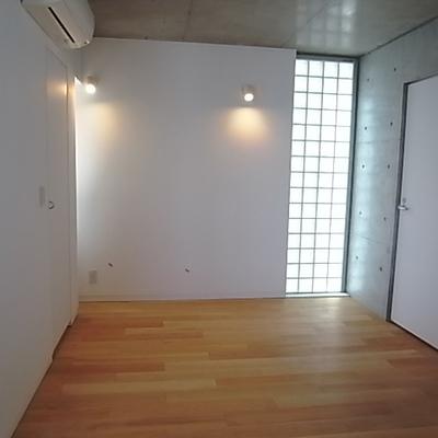 寝室部分。右ドアは浴室です