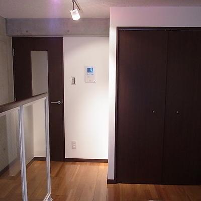 玄関、インターホン、収納は二階。※写真は別室です