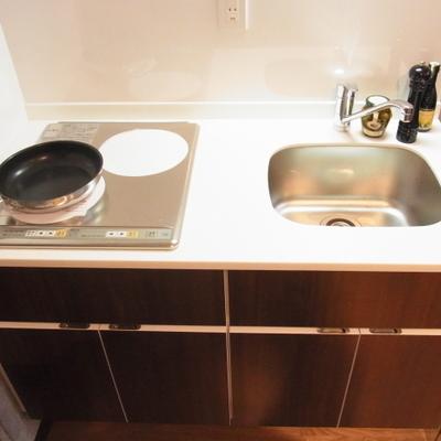 調理スペースは少し小さめ。※画像は場別室です