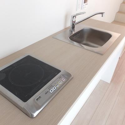 キッチンは1口IH。あんまり物を置かずにシンプルにしたい。