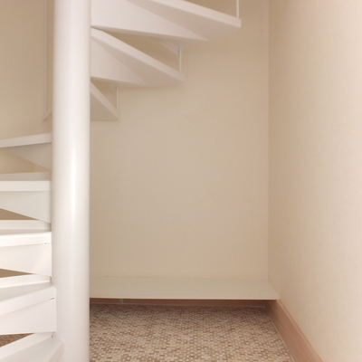 玄関を入ると螺旋階段。靴箱は用意を。