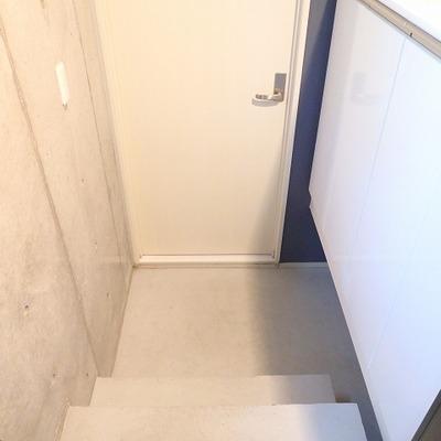 玄関を開けると、まず階段が。※前回募集時の写真