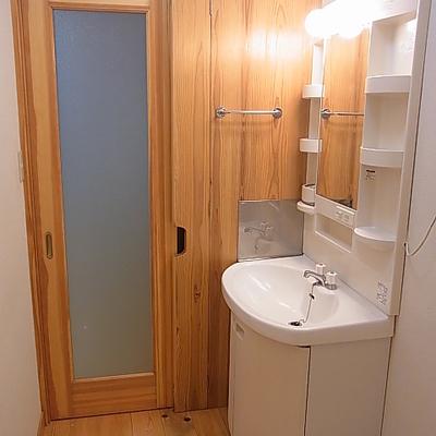 洗面所。仕切り扉も木。