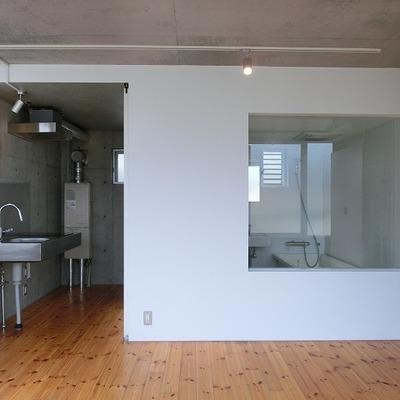 バスルームへと繋がる窓がスタイリッシュ 【※写真は別部屋です】