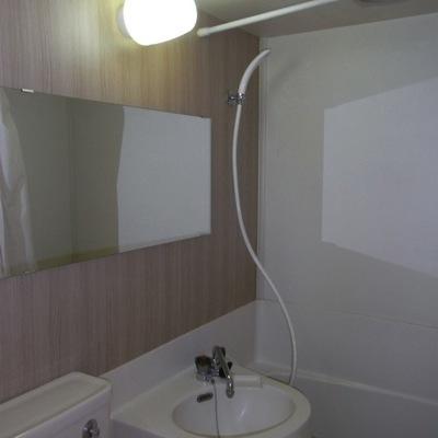 お風呂は横長の鏡があって使いやすい3点ユニットタイプです!!※前回募集時の写真