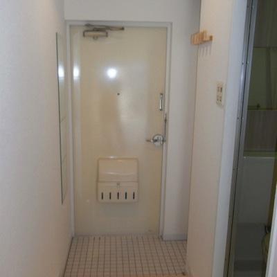 白の磁器タイルを敷き詰めたきれいな玄関!※前回募集時の写真
