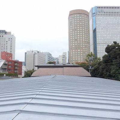 眺望は屋根!の先に、オフィスビル。