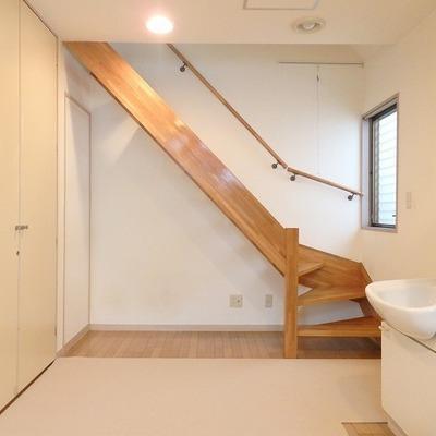 木のしっかりとした階段がいい感じ