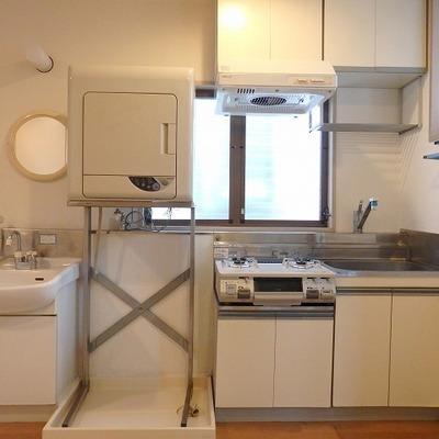 独立洗面台・乾燥機・洗濯機置き場・キッチン