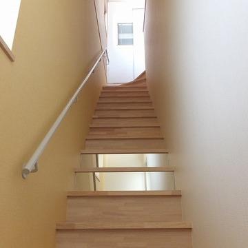 玄関を入ってすぐが階段。