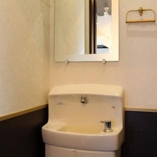 トイレに洗面台があります。