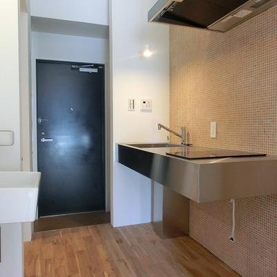 キッチンのタイルもかわいいカタチ。※写真は同間取り別部屋のものです