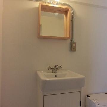 木枠の鏡が可愛らしい洗面台