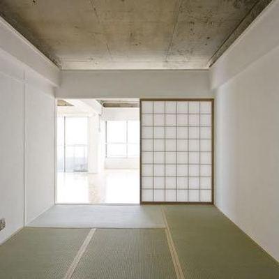 和室とむき出しコンクリートが絶妙