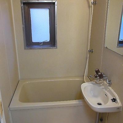少し狭いです。※写真は3階の同間取り別部屋のものです