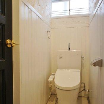 一階にもトイレ、向かいに洗濯機