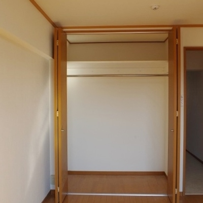 【洋室2】大きめの収納がついています※写真は前回募集時のものです