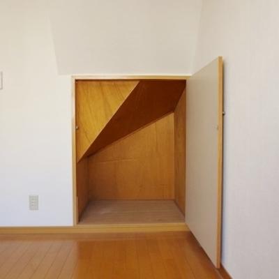 【洋室1】階段下収納が嬉しい!※写真は前回募集時のものです