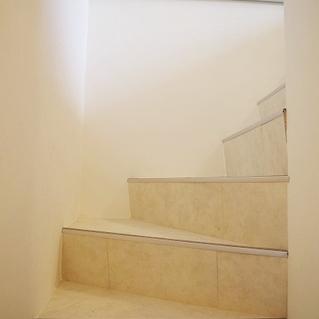 下へ続く階段です。※写真は前回募集時のものです