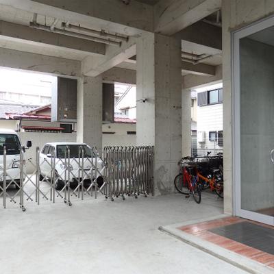 バイク置場・駐車場が充実しているのもオススメ