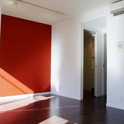 赤い壁がアクセントで良いですね。