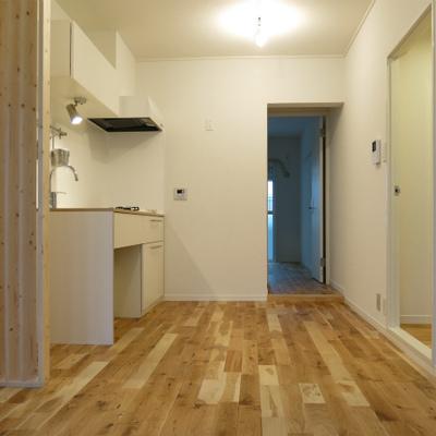 オリジナルキッチンに変更し、無垢の空間が気持ちがいい。