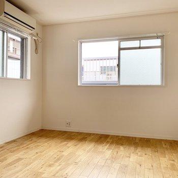 【洋室】先ほどよりは窓がちいさいものの、しっかり光は入ります。