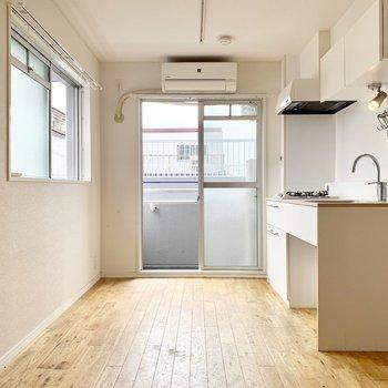 【LDK】キッチンのあるところが一番明るいですよ。