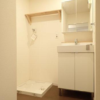 身支度のらくちんな独立洗面台!おとなりに洗濯機置き場です。