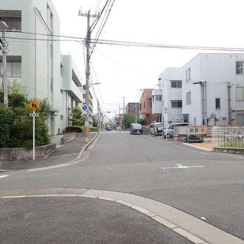 【周辺環境】通りによっては車どおりはわりとあります。