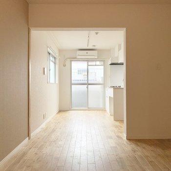 【LDK】ゆるりとキッチンスペースと仕切られていて、団らんの場所、ワークスペース、もしかしたら寝室にもいいかも!