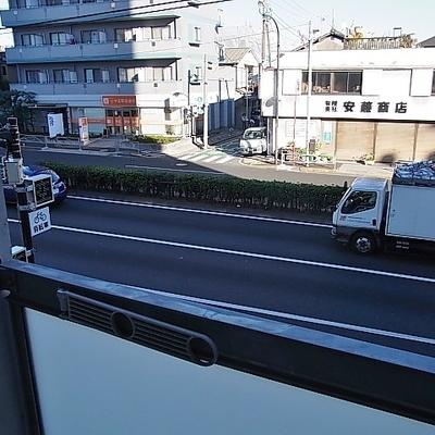 窓の外は広い車道。