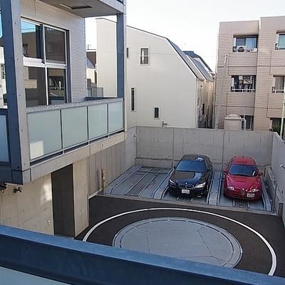 反対の窓は敷地内駐車場。