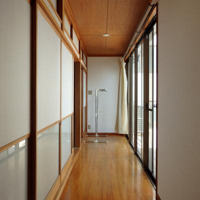 廊下。明るい。気持ち良いなぁ
