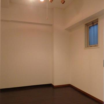 寝室は廊下側に向いていて少し暗いかも