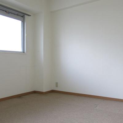 カーペットの寝室。収納はナシ。※写真は前回掲載時のものです。
