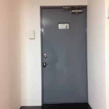 玄関部分。靴箱を置きたい。