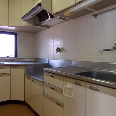 キッチンは古いタイプですが、広々!