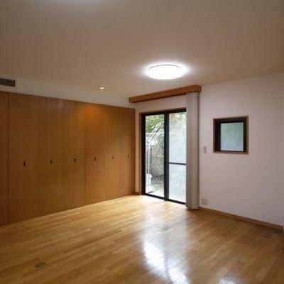 右側の扉部分がキッチン