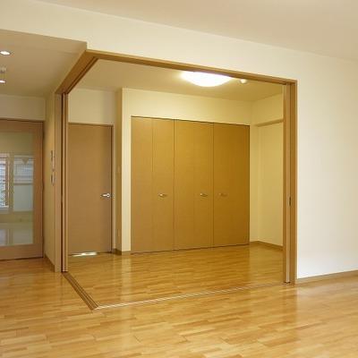 二つの扉はどちらも玄関につながっています