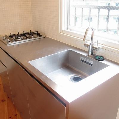 ステンレスのキッチンが光ります。2口ガスコンロ。※写真は前回募集時のものです