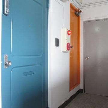 ワンフロアにお部屋はここだけ。カラフルですな。贅沢ですな。※写真は前回募集時のものです