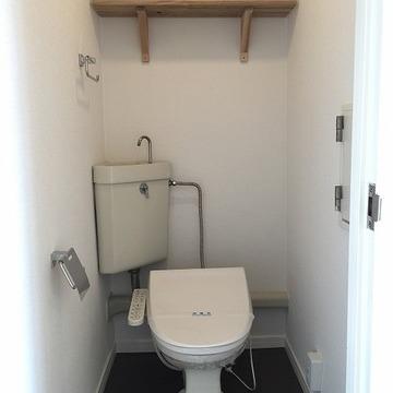 トイレに棚板を設置してます。