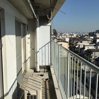 ベランダ兼洗濯機置場。眺望も陽当たりも良好です。