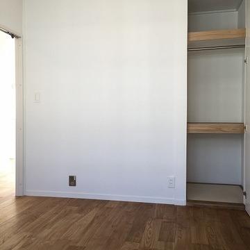 寝室にもそれなりの収納があります。