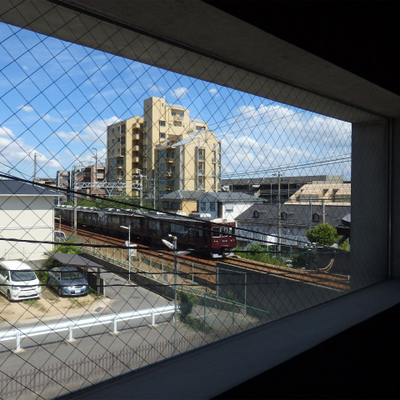この窓から阪急電車が見える。※写真は1階の同一タイプのお部屋のもの